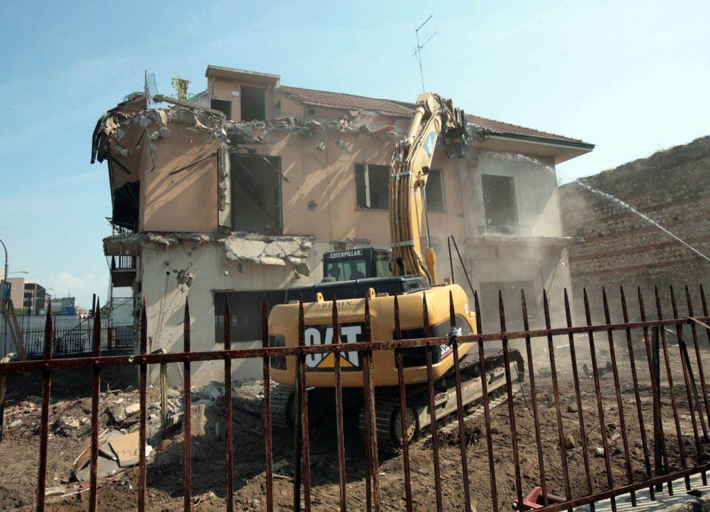 Casa busato iniziata la demolizione lascer spazio a rotatoria e pista ciclabile tviweb - Spazio casa vicenza ...