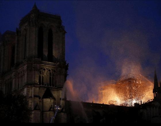 """Parigi, devastata Notre-Dame. Le autorità: """"Non resterà nulla"""". Parigi in lacrime."""