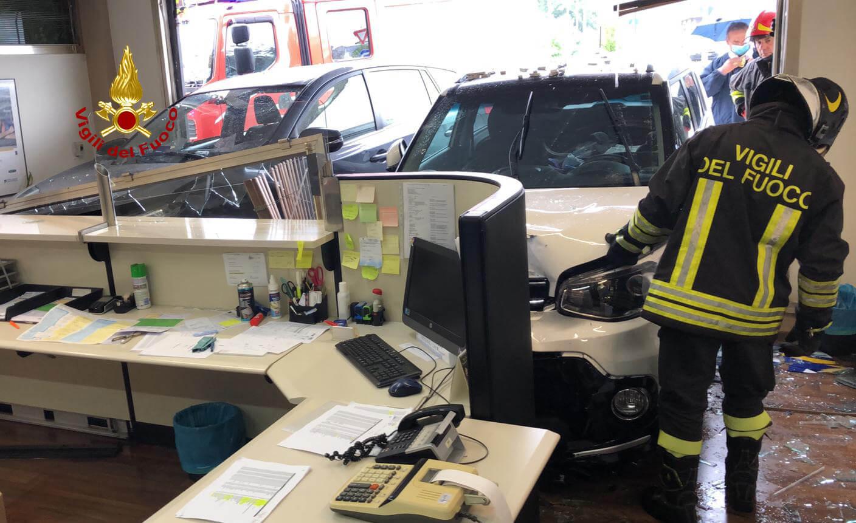 ARZIGNANO – Auto finisce dentro studio di assicurazioni: donna ferita